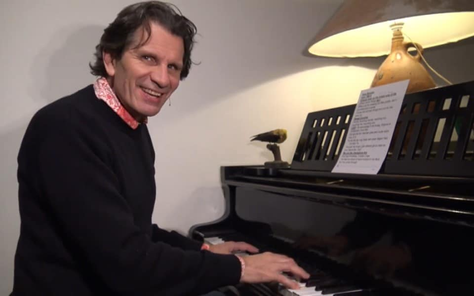 Zingen rondom de piano, via Zoom met Coen